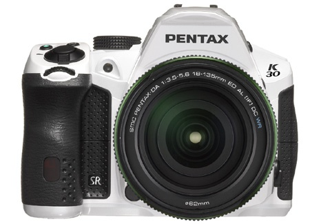 Pentax K-30 zepředu s objektivem DA 18-135 mm