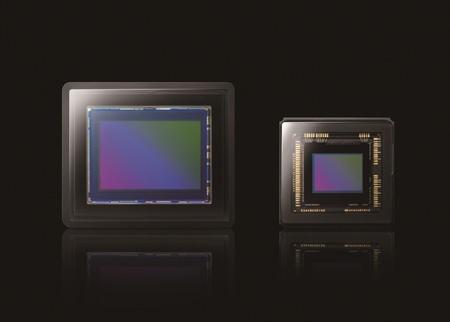 vlevo velký senzor RX100, vpravo pro běžné kompakty