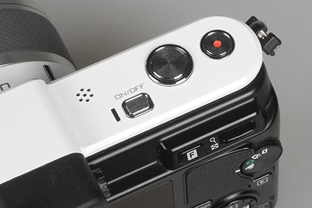 spoušť a tlačítko pro natáčení videa