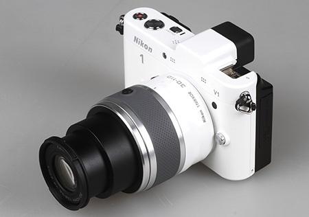 Nikon 1 V1 a objektiv 1 Nikkor 30-110 mm s vysunutým zoomem