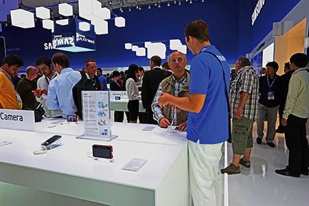 IFA 2012: o fotoaparát Samsung GALAXY měli zájem mladí, staří