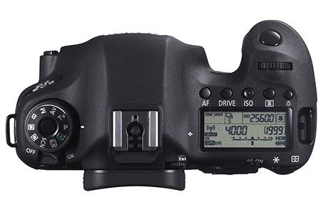 Canon EOS 6D shora: na stavovém displeji vlevo dole jsou indikovány funkce Wi-Fi a GPS