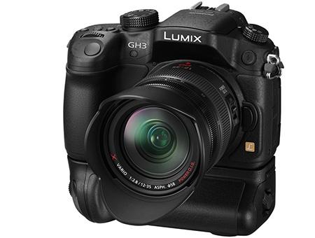 Panasonic Lumix GH3 - s bateriovým gripem a sluneční clonou objektivu