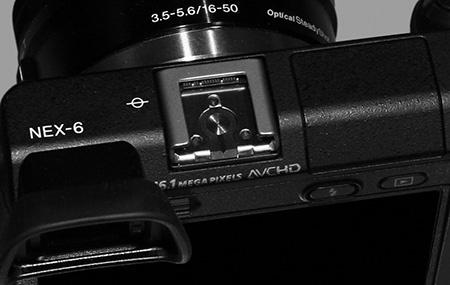 Sony α NEX-6 - aktivní sáňky pro externí blesky a další příslušenství