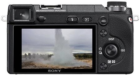Sony Alfa NEX-6 - zadní strana s okulárem hledáčku a displejem