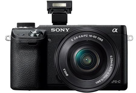 Sony Alfa NEX-6 s vyklopeným bleskem