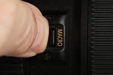 Canon EF 24–70 mm 1:4L IS USM - detailní pohled na přepínač na makro jemným posunem vpřed