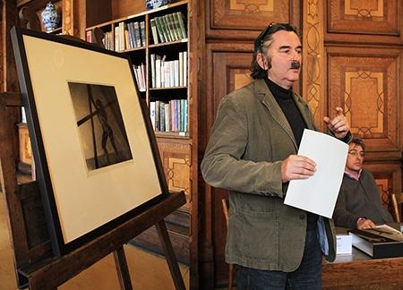 kurátor UPM Jan Mlčoch a jedna z fotografií Františka Drtikola